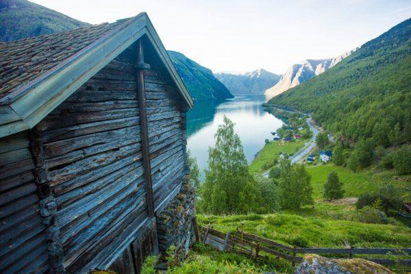 Ферма Otternes Bygdetun, возвышающаяся над Aurlandsfjorden